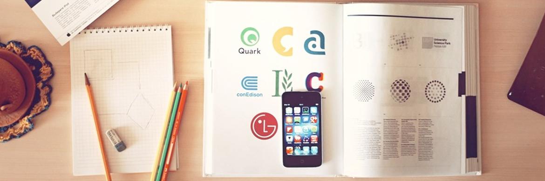 Weiterbildung zur Überbrückung der Wartezeit: Schreibtisch mit Buch, Smartphone und Notizen